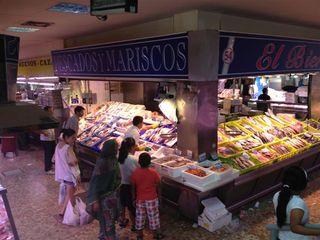 Pescadería El Bierzo donde tienen perfectamente diferenciados los mostradores de pescado