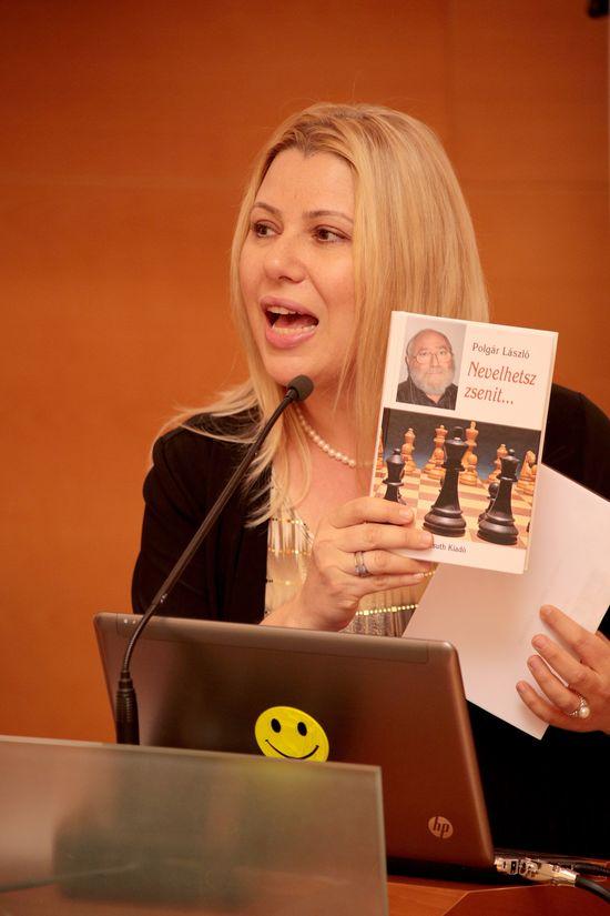 La ex campeona del mundo Susan Polgar muestra el libro de su padre, Cómo crear un genio, durante su conferencia en la jornada inaugural del Congreso