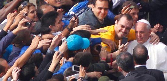 Francisco abrazado por los jovenes