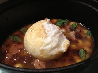 Huevo frito sobre escudella i carn d´olla