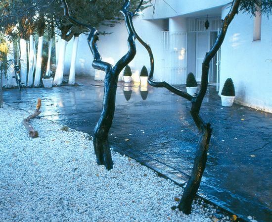 Eduardo Mencos sustituyó más del 50% de césped por grandes extensiones de gravilla blanca que llenan el jardín de luces y sombras