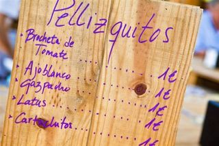 Carta de especialidades escrita en madera