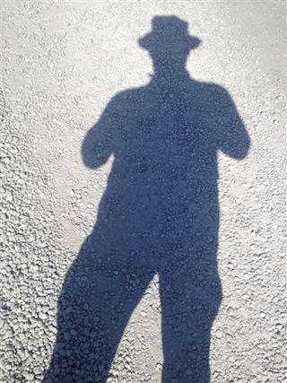 Mi propia sombra reflejada en una de las veredas que recorrimos