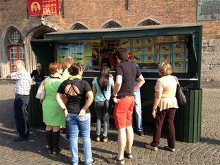 Colas habituales para adquirir patatas fritas en la Plaza Mayor de Brujas