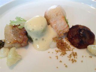 Restaurante Hof Van Cleve. Cigala, quinoa, huevo ahumado, repollo, panceta, espuma de de verduras, etc. Semicírculo