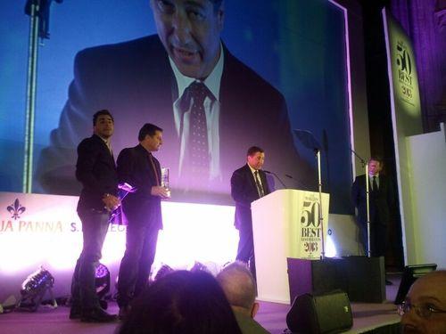 Joan Roca agradeciendo el premio en el atril de la gran sala