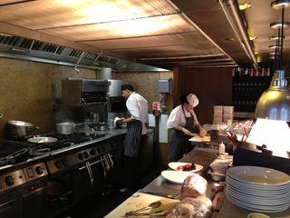 Cocinas del espacio de desayunos en el Me London, anexas al comedor