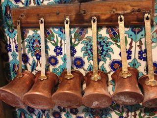 Colección de cafeteras en uso para preparar el café turco