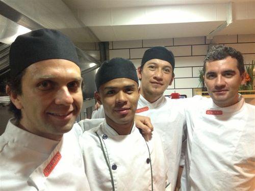 """Camilo Zárate, a la izquierda, junto con su equipo en las cocinas del restaurante """"Suburbio"""", Bogotá"""