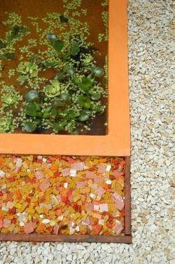 Además de color, hay brillo. El estanque y el jardin se enmarcan con mosaicos que combinas piezas naranjas, rojas, blancas y opales.