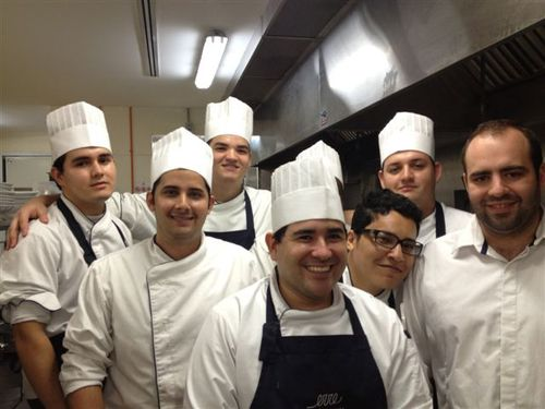 Brigada del restaurante erre, que aseosra Ramón Freixa en Cartagena de Indias. A la derecha Víctor Fernández, su brazo derecho