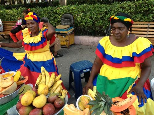 Palenqueras, con su traje típico, vendiendo frutas en la calle
