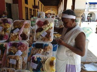 Las palenqueras monopolizan el comercio de dulces en Cartagena. Puesto callejero