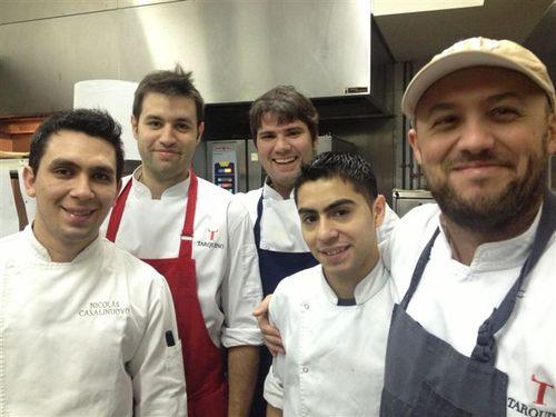 Dante Liporace, a la derecha de la imagen, con su brigada en el restaurante Tarquino