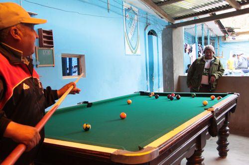 Presos jugando al billar en la cárcel de San Pedro, en La Paz (Bolivia).