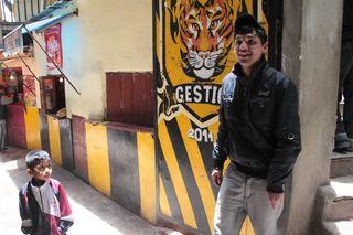 Uno de los niño que viven en la carcel boliviana de San Pedro, en La Paz, junto a un recluso.