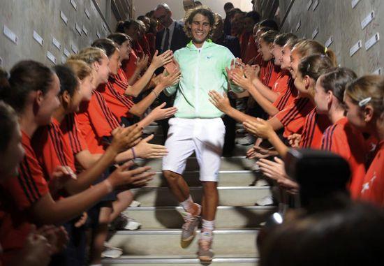 Rafael Nadal, saludado por los recogepelotas de Roland Garros (Reuters)