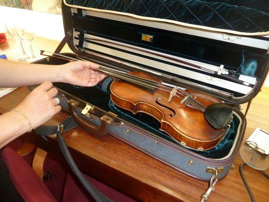 La violinista muestra su violín Monzino (Milán), de 1757.