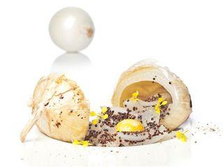 Cebolla con huevo pochado y quinua negra, plato de Rodrigo de la Calle