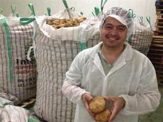 Rafael del Rosal en su almacén de patatas