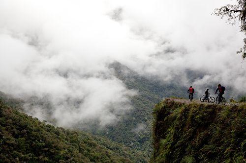 Ciclistas en el camino de Yungas (Bolivia), la llamada carretera de la muerte. / Foto: Phil Clarke-Hill