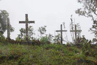 Cruces en recuerdo de los fallecidos en accidentes al borde del camino de Yunga (Bolivia), considerada la carretera más peligrosa del mundo.