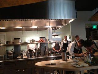 Cocinas de MiniBar contempladas desde la barra