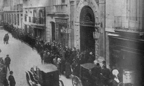 Publico-esperando-en-la-puerta-del-Ateneo-de-Madrid-para-escuchar-a-Unamuno.-1922_large