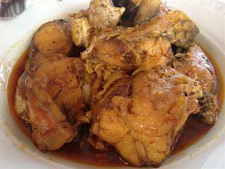 Trozos de mújoles, lubinas, y gallinas hervidos en el caldo de cocción del arroz