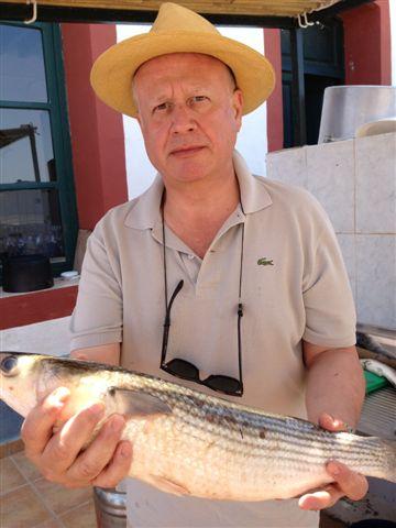 Juan Echanove con un grueso mújol en las manos, en las encañizadas del Mar Menor