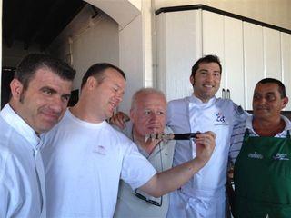 Equipo de cocineros que se habían concentrado en la casa de las encañizadas.  Junto a Echanove bromea Pablo González Conejero, gestor del restaurante La Cabaña (1*)