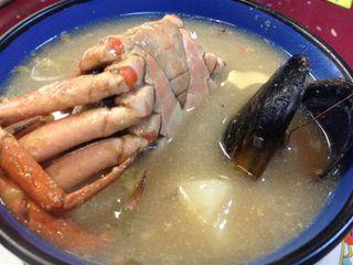 Caldo de pescado y mariscos en el Asadero Miguel Ángel