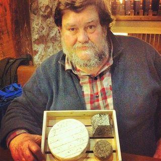 El critico gastronómico Mikel Ceberio con los quesos de Granja Cantagrullas
