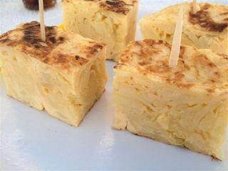 Tortilla de patatas, mejor de lo que aparenta por su grosor a primera vista