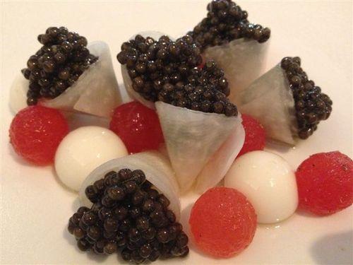 Caviar, sandía, queso mozzarella y nabo, uno de las brillantes composiciones del cocinero Gert de Mangeler, propietario del restaurante Hertog Jan