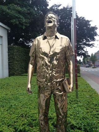 Escultura que recibe y despide a carcajadas a los clientes del restaurante Pastorale en Amberes