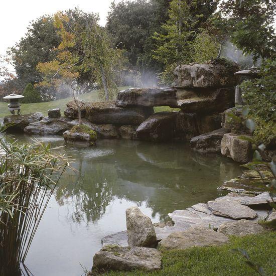 El estanque formado por rocas negras tiene capacidad para 30.000 litros de agua
