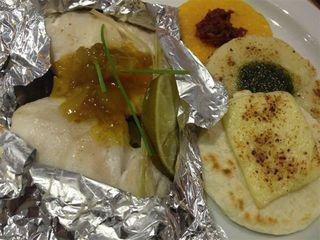 Pargo y corvina en papillote con salsa de frutas a las tres arepas, de maíz, arroz y yuca.