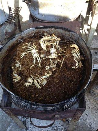 Arroz negro de cangrejos en el mercado de Basurto, espacio de transacciones al aire libre que controlan descendientes afro
