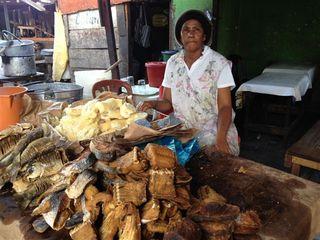 Vendedora de pescados fritos. Se comen con yuca hervida. Mercado afro de Basurto. Solo para quienes disfrutan con las emociones fuertes