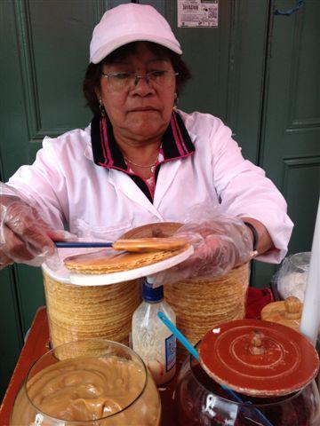 Vendedora de obleas con arequipa, una crema dulce