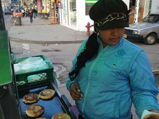Vendedora de arepas en las calle 156 en Barrancas. Excelentes