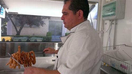 Rafael del Rosal, un domingo cualquiera friendo churros en un carrito frente al ambulatorio de Priego de Córdoba