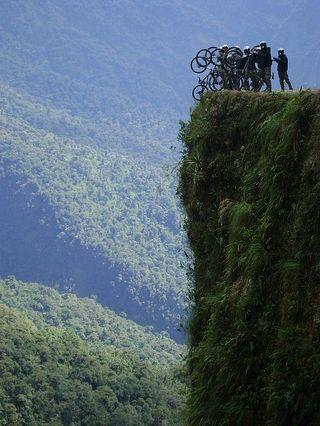 Un grupo de ciclistas al borde de un precipicio en el camino de Yungas (Bolivia).