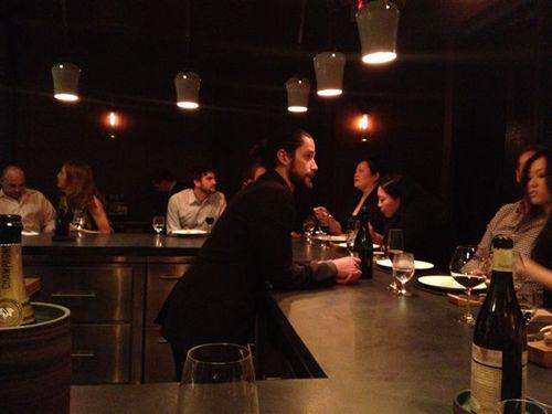 Barra del restaurante Atera, NY. Poca luz como refleja la fotografía. El jefe de sala, igual que los cocineros, atienden desde detrás de la barra.