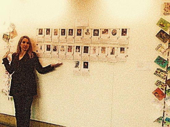 Camino López presenta las postales a Blanco White, en la exposición MailART de la Casa de las Conchas.