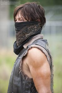 The-walking-dead-season-4-daryl-puts-the-mask-on