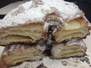 Al corte se observa que equivales a rosquillas hojaldradas, en este caso espolvoreadas con azúcar