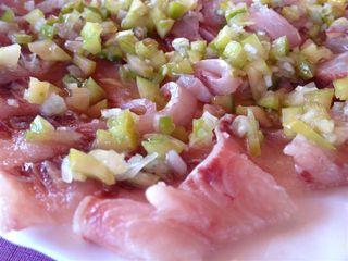 Sashimi de mújol con tomates verdes finamente troceados y un chorrito de aceite