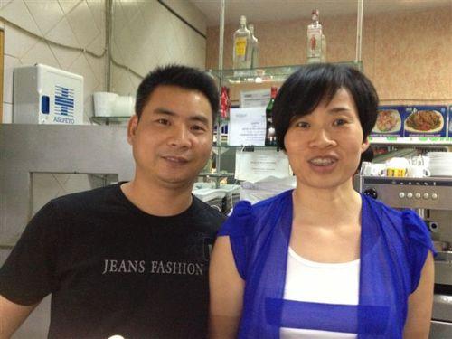El cocinero chino y su mujer que regentan el restaurante chifa instalado en la planta alta del Mercado de los Mostenses